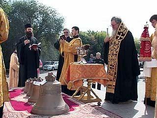 Возле Покровского собора освятили пять новых бронзовых колоколов