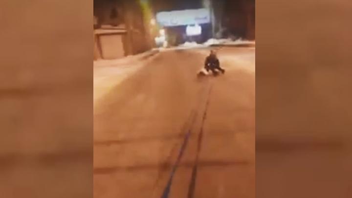 Жительница Воронежа прокатилась по заснеженной дороге на привязанном к авто тюбинге