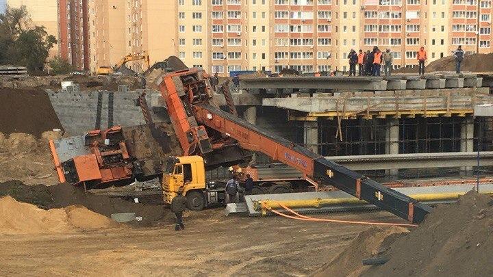 В Воронеже на строящейся развязке на 9 Января рухнул строительный кран