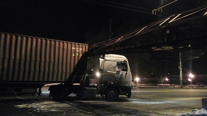 В сети появилось видео столкновения грузовика и поезда