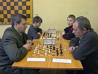 Юниоры, женщины и ветераны соревнуются за шахматной доской