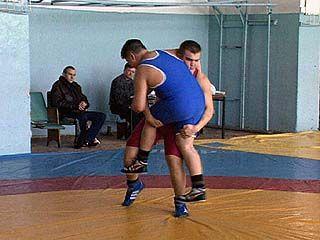 Юные спортсмены попробовали свои силы на борцовском ковре