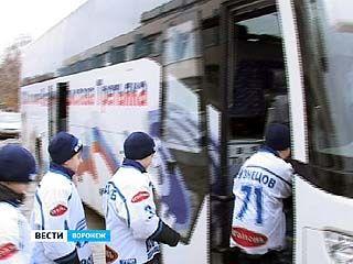Юные воронежские хоккеисты получили в подарок от мэрии современный автобус