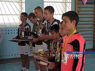 """Юных футболистов из команды """"Интер-Богучар"""" чествуют в родном интернате"""