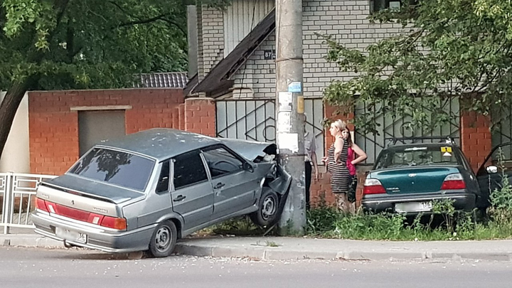 В Воронеже «ВАЗ» протаранил забор и врезался в опору ЛЭП