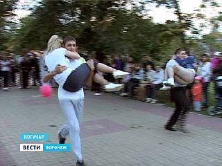 Забег на дальние дистанции с женой на руках - по-фински развлекались молодые богучарцы