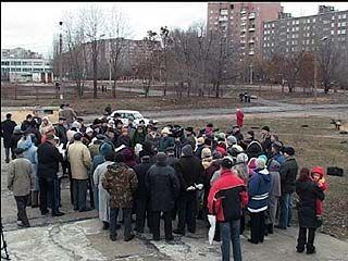 Жильцы многоэтажек вышли на пикет против застройки спортплощадки