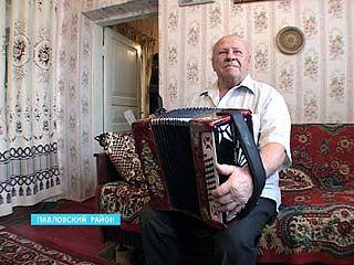 Житель Павловского района Николай Попов получил в подарок уникальную гармонь
