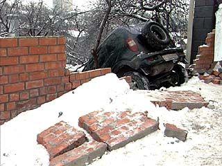 Житель Воронежа обнаружил в своем огороде автомобиль