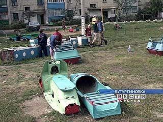 Жители Бутурлиновки своими силами построили детскую площадку
