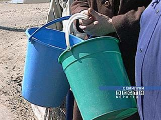 Жители дома в Семилуках неделями не видят воды