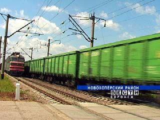 Жители Новохоперского района воруют уголь из вагонов поезда