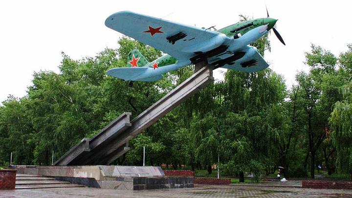8 мая 1979 года был установлен памятник легендарному штуpмовику Ил-2