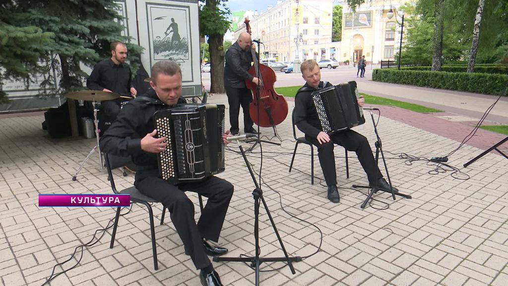 Концерт в Кольцовском сквере, юбилей Юрия Анисичкина и госэкзамены в художественном училище