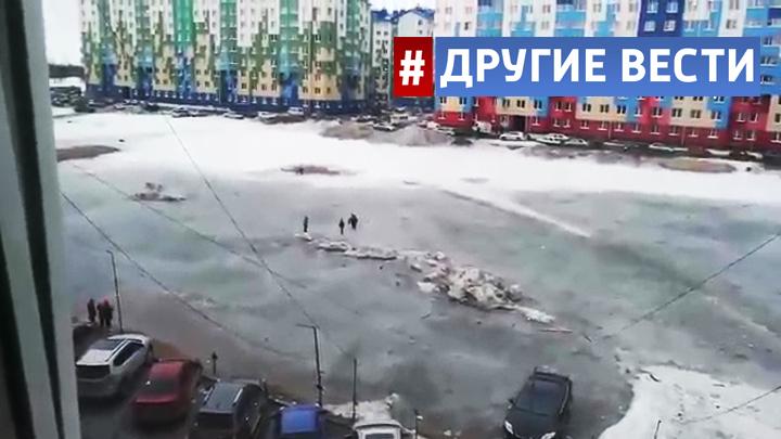 На Ямале сотрудники МЧС спасли детей, застрявших на льдине посреди гигантской лужи