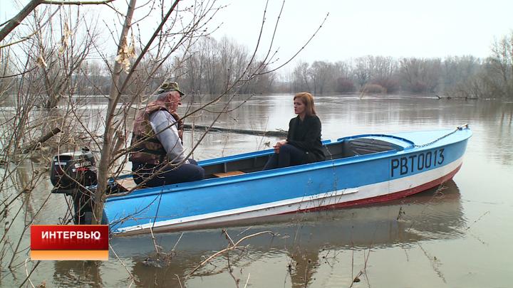Как экс-сотрудник «скорой» на лодке помогает жителям затопленного воронежского села
