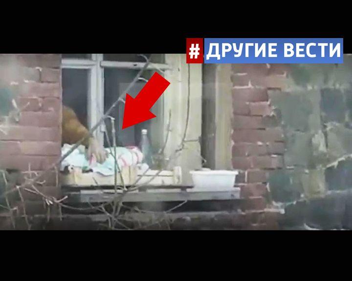 Во Владивостоке родители «выгуливали» младенца, привязав его к подоконнику