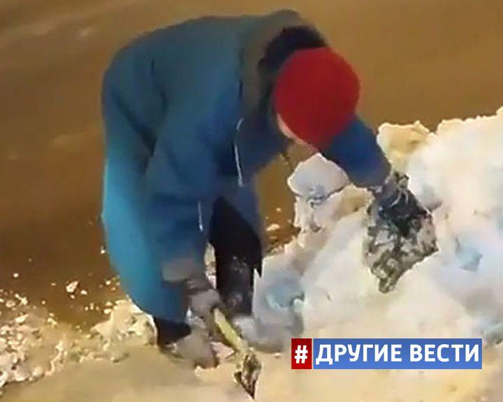 Пожилая жительница Уфы топором рубила лёд, чтобы взобраться на тротуар