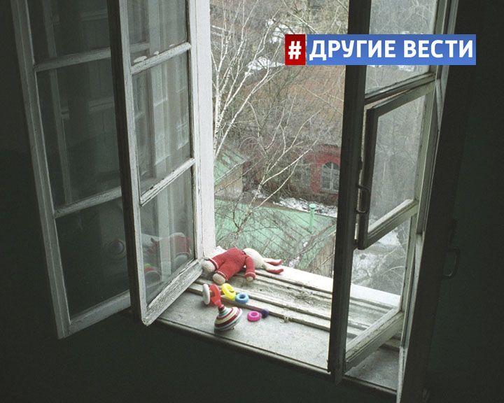 ВИДЕО: В Красноярске малыш, оставленный няней без присмотра, едва не выпал из открытого окна